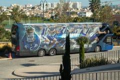 Porto de bus van de Voetbalclub parkeerde buitencascada-complex Hotel waar het team opleidde stock foto
