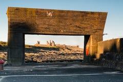 Porto de Craster que quadro o castelo de Dunstanburgh fotografia de stock royalty free