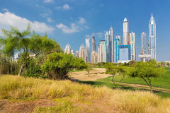 Porto de Dubai com arranha-céus modernos e a natureza e o parque ao redor, Dubai, Emiratos Árabes Unidos Imagens de Stock Royalty Free