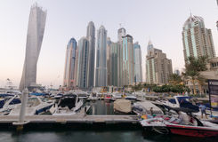 Porto de Dubai com as construções famosas dos marcos que torcem a torre Imagem de Stock