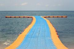 Porto de flutuação plástico para turistas para cima e para baixo Foto de Stock