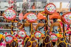 Porto De Galinhas plaża, Ipojuca, Pernambuco Brazylia, Wrzesień, -, 2018: Żyrafy i stomatologiczny wykonują ręcznie statuy z śmie zdjęcie stock