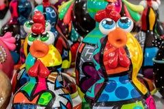 Porto De Galinhas plaża, Ipojuca, Pernambuco Brazylia, Wrzesień, -, 2018: Kurczaka rzemiosła statuy obraz royalty free