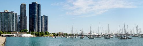 Porto de Monroe com céu azul e rio em Chicago imagem de stock