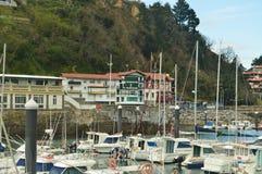 Porto de Mutricu com o amarrado barcos devido às inclemências de construções de Hugo And With Its Picturesque do furacão no Backg fotos de stock royalty free
