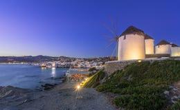 Porto de Mykonos com barcos e moinhos de vento, ilhas de Cyclades, Grécia foto de stock