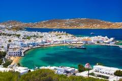 Porto de Mykonos com barcos e moinhos de vento na noite, ilhas de Cyclades imagem de stock