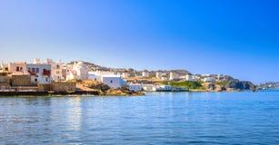 Porto de Mykonos com barcos e moinhos de vento na noite, ilhas de Cyclades imagens de stock royalty free