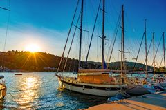 Porto de Nydri, barcos de navigação gregos tradicionais em Lefkada fotos de stock
