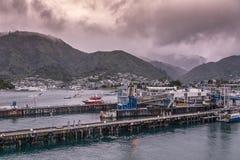 Porto de Picton e cidade sob nuvens pesadas, Nova Zelândia Foto de Stock