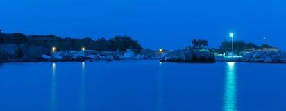 Porto de Pigaki na ilha de Paros em Grécia durante a hora azul Imagem de Stock