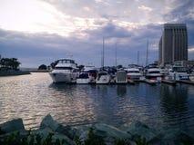 Porto de San Diego com barcos e os arranha-céus do centro de um hotel Imagem de Stock