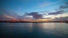 Porto de transporte com guindastes e estaleiro em Miami, Florida no por do sol Fotografia de Stock