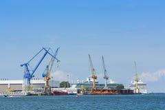 Porto de Warnemunde dos navios e dos guindastes Fotos de Stock Royalty Free