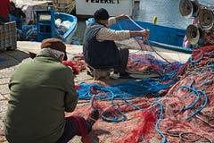Porto dei pescherecci di Gallipoli, con intendere dei pescatori Fotografia Stock