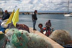 Porto dei pescherecci di Gallipoli, con intendere dei pescatori Immagine Stock Libera da Diritti
