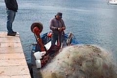 Porto dei pescherecci di Gallipoli, con intendere dei pescatori Fotografie Stock Libere da Diritti