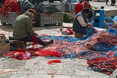 Porto dei pescherecci di Gallipoli, con intendere dei pescatori Immagini Stock Libere da Diritti