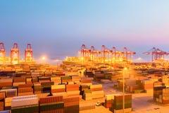 Porto del contenitore di Shanghai nel crepuscolo Immagini Stock