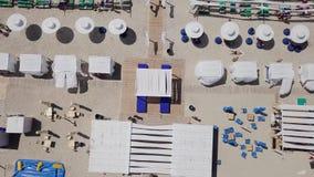 Porto del ferro, Ucraina - 30 giugno 2018: Vista aerea di un'area di ricreazione lussuosa sulla spiaggia e sul mare archivi video