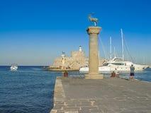 Porto del porto di Mandaki e fortificazione di San Nicola in Rodi immagine stock