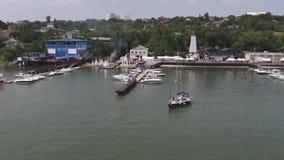 Porto della barca a vela Molti bei yacht attraccati della vela nel porto marittimo metraggio Trasporto moderno dell'acqua, vacanz stock footage