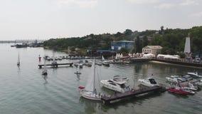 Porto della barca a vela, molti bei yacht attraccati della vela nel porto marittimo, trasporto moderno dell'acqua, vacanza di est stock footage
