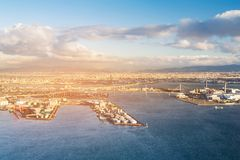 Porto della città sopra l'orizzonte del porto marittimo con il tramonto fotografia stock libera da diritti