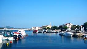 Porto della piccola barca con il villaggio idilliaco dei pescatori di Sveti Petar in Dalmazia, Croazia archivi video