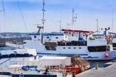 Porto di Acitrezza con le barche del pescatore accanto alle isole di ciclope, Catania, Sicilia immagine stock