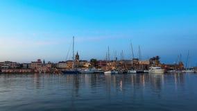 Porto di Alghero prima di alba - lasso di tempo blu di ora video d archivio