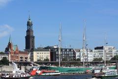 Porto di Amburgo con la chiesa della st Michaelis Immagini Stock