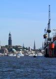Porto di Amburgo con la chiesa della st Michaelis Fotografia Stock