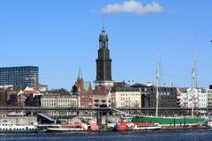 Porto di Amburgo con la chiesa della st Michaelis Fotografie Stock Libere da Diritti