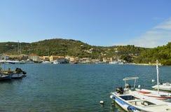 Porto di Antipaxos un'isola greca nel mare ionico immagini stock