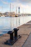 Porto di Barcellona, Spagna Grande bitta d'acciaio nera Immagini Stock Libere da Diritti