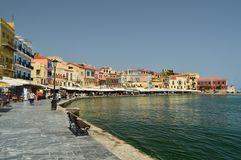 Porto di Chania con il suo bello stile veneziano Camere e ristoranti in pieno di colore Viaggio di architettura di storia Fotografia Stock Libera da Diritti