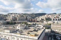 Porto di Genova con la città nei precedenti Fotografie Stock Libere da Diritti