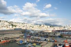 Porto di Genova con la città nei precedenti Fotografie Stock