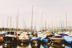 Porto di Ginevra con le barche e il d& x27 del getto; UCE su fondo un giorno molto soleggiato fotografia stock libera da diritti