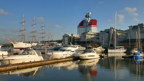 Porto di Gothenburg con skycraper nei precedenti stock footage