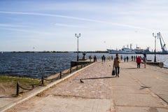 Porto di Kronštadt e di stare sulle navi di RAID e sulle barche, il golfo di Finlandia, fotografia stock libera da diritti