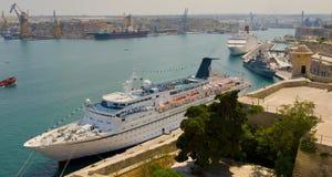Porto di Malta valletta con l'incrociatore Fotografie Stock Libere da Diritti