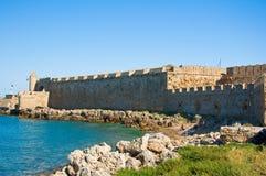 Porto di Mandraki e la spiaggia, Rodi, Grecia. Fotografie Stock
