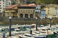 Porto di Mutricu con il attraccato barche dovuto le inclemenze degli edifici di Hugo And With Its Picturesque di uragano nel Back immagini stock