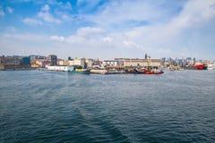 Porto di Napoli, visualizzazione costiera con le navi da carico Fotografia Stock