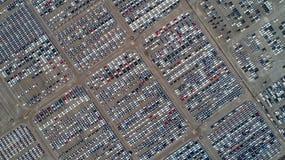 Porto di parcheggio Fabbrica di automobile Nuova fabbrica dell'automobile che attende trasporto fotografie stock