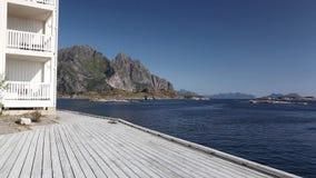 Porto di pesca pittoresco in Henningsvaer sulle isole di Lofoten, Norvegia archivi video