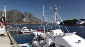 Porto di pesca pittoresco in Henningsvaer sulle isole di Lofoten, Norvegia stock footage