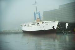 Porto di pesca di Ustka, Polonia con la nebbia di mattina Fotografie Stock